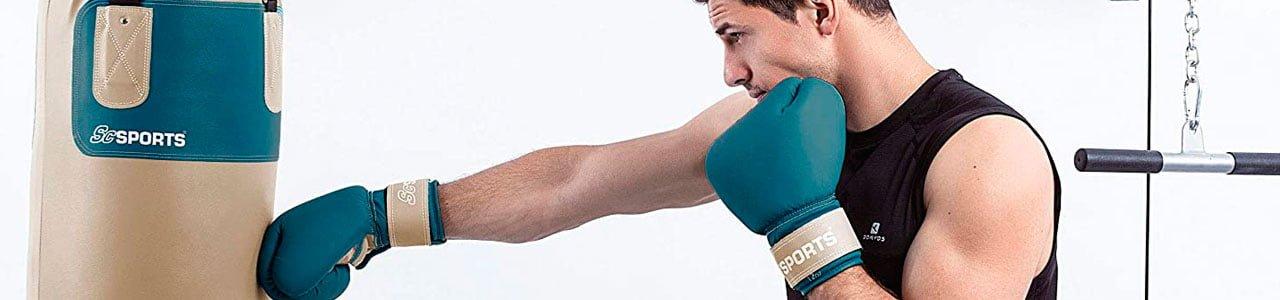 saco de boxeo y guantes